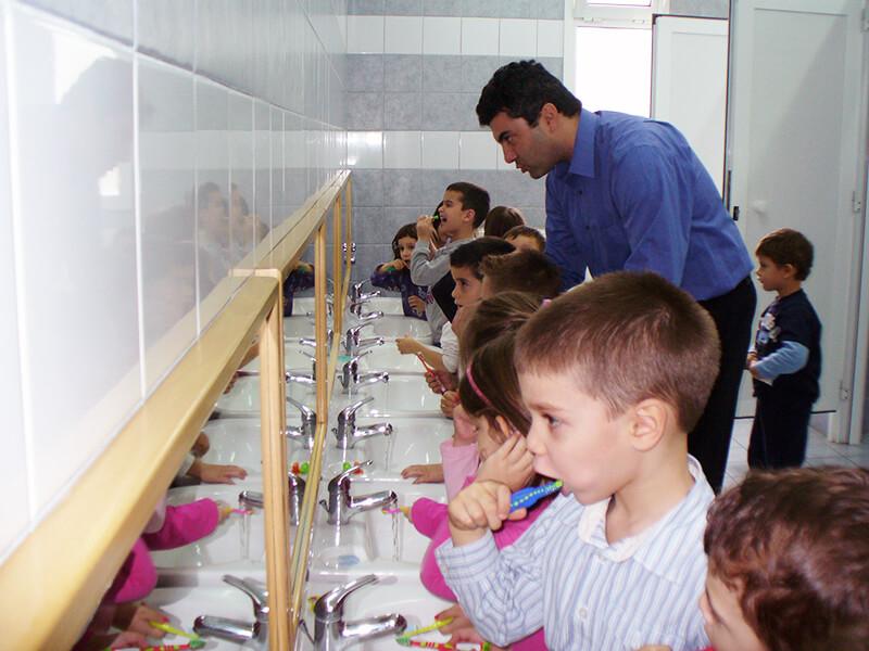 Παιδοδοντιατρική εξέταση & καθοδήγηση για τη στοματική φροντίδα σε σχολεία